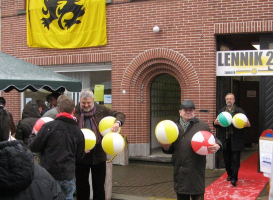 LENNIK Kwadraat deelt strandballen uit